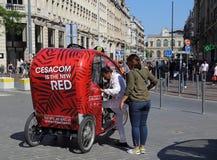 游人和轮转人力车在里尔,法国 免版税库存照片