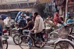 游人和轮转人力车通过街道驾驶 免版税库存图片