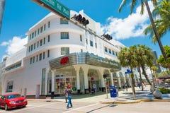 游人和顾客林肯路的在南海滩,迈阿密 免版税库存照片