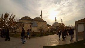 游人和香客日落的在Selimiye清真寺, Mevlana博物馆附近在科尼亚 影视素材