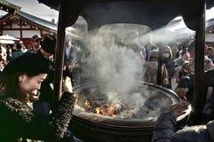 游人和香火在浅草寺庙,东京,日本 库存图片