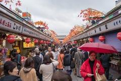 游人商店在Senso籍寺庙的纪念品街道 库存照片