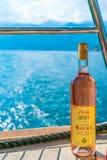 游人喝桃红葡萄酒,航行在沿博卡队科托尔海湾的一条游艇 图库摄影