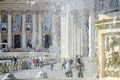 游人围拢的古老喷泉 圣皮特圣徒・彼得` s正方形在圣皮特圣徒・彼得` s大教堂前面位于梵蒂冈 免版税库存图片