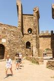 游人在一个古老堡垒 免版税库存图片