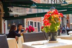 游人在一个室外咖啡馆,威尼斯,意大利休息 免版税库存照片