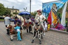 游人在一匹木马摆在Quinche镇在厄瓜多尔 图库摄影