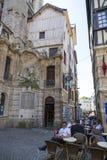 游人在一条街道上的一个咖啡馆放松在鲁昂的中心 免版税库存图片