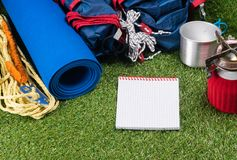 游人在一次远足的绿色草坪设置了在一次远征,与烹调的食物器物户外,与写的一个地方,在w 库存照片