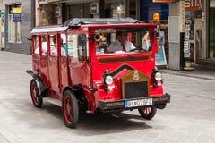 游人在一辆公共汽车上在布拉索夫,斯洛伐克 免版税库存照片