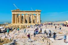 游人在上城临近帕台农神庙寺庙在雅典,希腊 免版税库存照片
