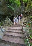 游人在下龙湾,越南攀登一座山 免版税库存照片