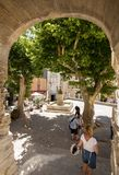 游人在中世纪村庄戈尔代,横谷,普罗旺斯Alpes CÃ'te d ` Azur,普罗旺斯, 库存照片