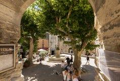 游人在中世纪村庄戈尔代,横谷,普罗旺斯Alpes CÃ'te d ` Azur,普罗旺斯 免版税图库摄影