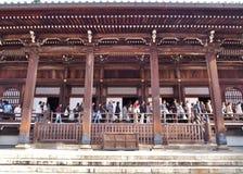 游人在京都,日本Amida, Eikando寺庙大厅  免版税图库摄影