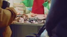 游人在休达上市场的买鲜鱼  影视素材