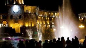 游人在伟大的政府大厦,约会时钟附近观察音乐喷泉 股票录像