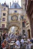 游人在伟大的时钟的一个咖啡馆放松在鲁昂的中心 免版税库存照片
