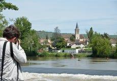 游人在传统法国镇Aush, Gascony 免版税图库摄影