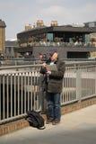 14/04/2018游人在伦敦英国 在河道旁边的一位图画艺术家 免版税库存图片