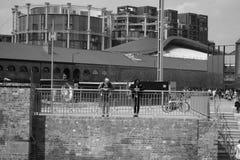 14/04/2018游人在伦敦英国 黑色白色 免版税图库摄影