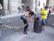 游人在佛罗伦萨在链子上把衣物柜放祝愿 免版税库存图片