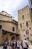 游人在佛罗伦萨排队了参观意大利诗人但丁・阿利吉耶里的诞生房子的等待 免版税库存照片