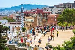 游人在公园Guell,巴塞罗那,西班牙 免版税库存照片