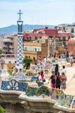 游人在公园Guell,巴塞罗那,西班牙 免版税库存图片