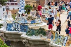 游人在公园Guell,巴塞罗那,西班牙 图库摄影