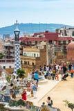 游人在公园Guell,巴塞罗那,西班牙 免版税图库摄影