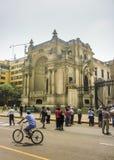 游人在利马的历史的中心在秘鲁 免版税库存照片
