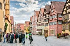 游人在历史名城Dinkelsbuehl 库存图片
