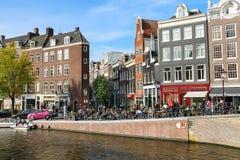 游人在历史的市中心 阿姆斯特丹荷兰 免版税图库摄影