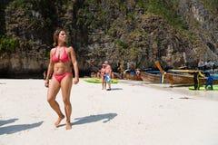 游人在发埃发埃Leh海岛上放松 免版税库存照片