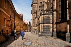 游人在古城附近老墙壁走 免版税库存照片