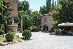 游人在古老城堡庭院里在Grazzano Visconti,它 免版税库存图片