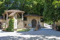 游人在古老城堡庭院里在Grazzano Visconti 库存照片