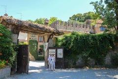 游人在古老城堡庭院里在Grazzano Visconti 图库摄影
