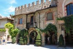 游人在古老城堡庭院里在Grazzano Visconti 免版税库存照片