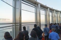 游人在哈利法塔125地板上的观察台遇见日出  库存图片