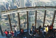 游人在哈利法塔125地板上的观察台遇见日出  库存照片