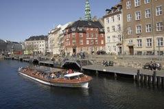 游人在哥本哈根丹麦到达 免版税库存照片