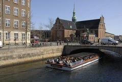 游人在哥本哈根丹麦到达 免版税库存图片