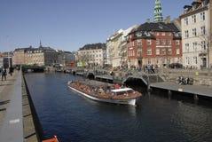 游人在哥本哈根丹麦到达 库存图片