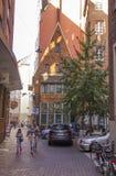 游人在商业同业公会的城市布里曼,德国老镇  免版税库存照片