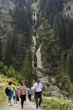 游人在喀尔巴阡山脉 免版税库存图片