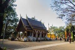 游人在土井桐树,其中之一应该包含Budd阁下的左锁骨的Wat Phra参观了金黄塔 库存图片