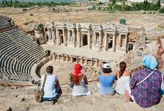 游人在土耳其参观古老剧院 免版税库存照片
