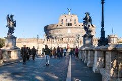 游人在圣天使桥梁走在罗马 免版税库存图片